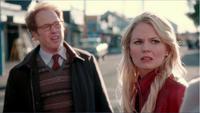 2x01 Archibald Hopper Emma Swan rue Storybrooke demande aide foule Dr Whale revenge Regina