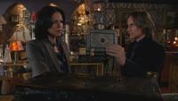 2x02 Regina Mills livre de sorts Cora M. Gold apparition boutique d'antiquités