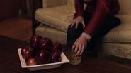 1x01 Emma main verre Pommes