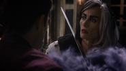 7x21 Cruella d'Enfer Uchronie palais épée cou étonnement danger Henry écoute téléportation fumée violette