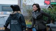 1x10 Regina Mills Emma Swan dos voiture inquiétudes inconnu