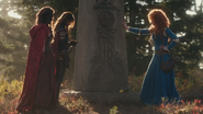 5x09 Ruby Scarlett Chaperon Rouge Mulan Merida pierre tombale tombe Roi Ours Fergus bourse argent