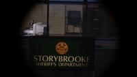 1x17 Emma Swan découverte espionnée poste de police