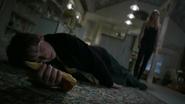 Shot 1x21 Henry ohnmächtig