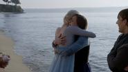 4x09 Elsa Anna Kristoff retrouvailles câlin plage Storybrooke