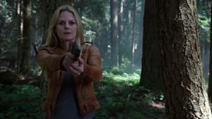 4x03 Emma Swan arme pointée menaces forêt