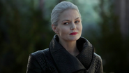 5x05 Emma Swan Cygne Noir Ténébreuse sourire malice regard aide Nicodème Henry Mills