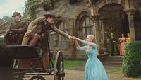 Cendrillon film Disney 2015 cocher père Ella Madame Trémaine Anastasie Javotte départ voyage bras mains au revoir mini
