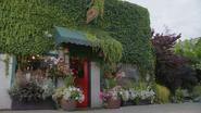 5x21 Game of Thorns devanture entrée magasin boutique de fleurs fleuriste