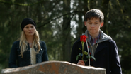 Emma Henry rose hommage Neal tombe 3x19