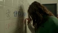 D1x03 Cricket is a slut Carolina Diaz écriture graffiti insultants école toilettes