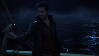 4x15 Killian Jones Jolly Roger regard tourné main