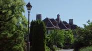 4x01 Maison du Sorcier vue ensemble végétation route jardin extérieur
