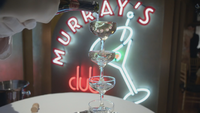 4x18 Murray's Night Club verres alcool service