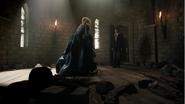 4x22 Emma Swan Henry Mills retrouvailles prison tour enchaînée robe bleue
