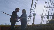 5x10 Killian Jones Capitaine Ténébreux Crochet M. Gold épées sabre lames Excalibur sang tranche affrontement combat duel Jolly Roger