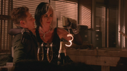 5x15 David Nolan Cruella d'Enfer sourire coupes verres à pied d'alcool bouteille de champagne idée sexy paire de menottes main