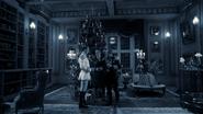 2x12 Gerhardt Dr Docteur Victor Alphonse Frankenstein salon manoir réunion fête famille familiale arbre sapin de Noël célébration réveillon soirée nuit décoration militaire