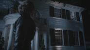 5x05 Emma Dark Swan Cygne Noir Ténébreux Ténébreuse Henry Mills fenêtre maison nuit