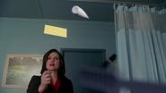 2x14 Regina Mills chambre Belle French hôpital de Storybrooke magie objets flottants