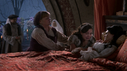 2x15 Giles Spencer médecin royal Johanna religieuse bras réconfort Blanche-Neige effondrée choc pleurs peine chagrin lit mort décès Reine Eva