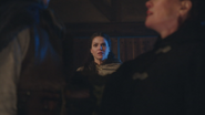 1x18 Daniel Colter jeune Reine Regina Cora main bras poitrine meurtre mort assassinat