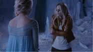 4x02 Emma Swan Elsa Reine des Neiges discussion découverte pouvoirs grotte gelée demande fonte