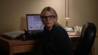 5x20 Emma Swan jeune assise bureau ordinateur logiciel Trakr