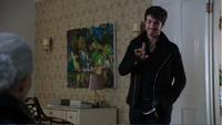 5x10 Killian Jones Capitaine Crochet Ténébreux Emma Dark Swan dos maison Mills aveux vérité moqueries famille livre héros plan