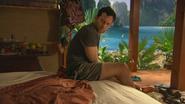 2x18 August Wayne Booth réveil jambe de bois pantin marionnette Phuket matelas peur terreur appel aide détresse
