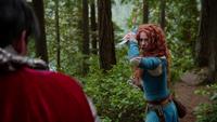 5x09 Roi Arthur dos Merida épée combat attaque assassin Roi Fergus père casque magique
