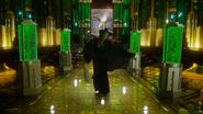 6x20 Zelena Méchante Sorcière de l'Ouest balai enchanté magique bras écartés Cité Palais d'Émeraude chanson Wicked Always Wins