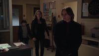 1x17 M. Gold Emma Swan Henry Mills cellule vide poste du shérif livre de contes