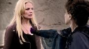 Emma evita que le quiten el corazon