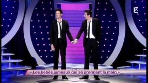Les bébés jumeaux qui se prennent la main