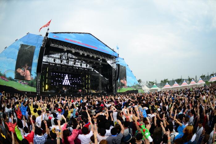 Hasil gambar untuk Festival  Valley Rock Jisan
