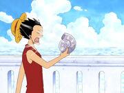 Luffy lässt sich von einem Breath Dial Wind ins Gesicht pusten