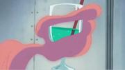 Caesar sosteniendo una copa de coctel