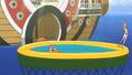 Luffy, Brook et Nami dans une petite piscine extérieur du Sunny
