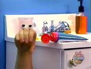 Oobi-shorts-Toothpaste-Oobi-figures-it-out
