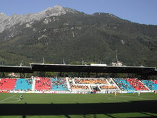 Haupttribüne mit Gebirge