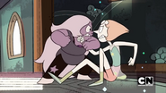 Amethyst and Pearl fighting
