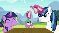 Young Shining splits his apple with Spike S9E4