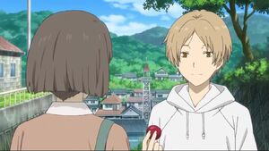 Natsume giving to Yorie