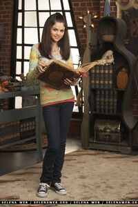Alex-alex-russo-wizards-of-waverly-place-35183167-1600-2400