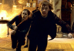 Ron-and-Hermione-running-in-the-Room-of-Requirement-harry-potter-15164951-800-550