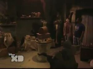 Pair Of Kings S01E19 The Trouble With Doubles Part 1 125