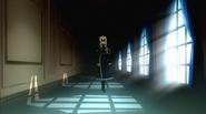 NDe-Vincent berjalan dalam koridor