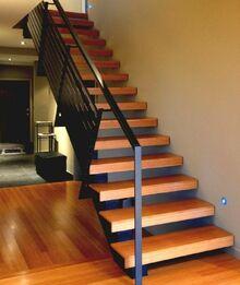 1escalier-moderne-modele-escalier-à-marches-en-bois-balustrade-métallique-escalier-droit-e1470224127648