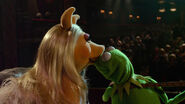 KERMIT AND PIGGY KISS